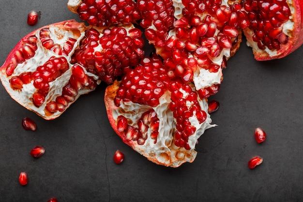 Los frutos abiertos de una granada abierta madura yacen.