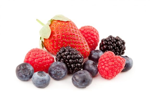 Frutos de bayas sobre un fondo blanco