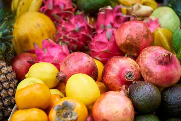 Frutos con escamas rojas