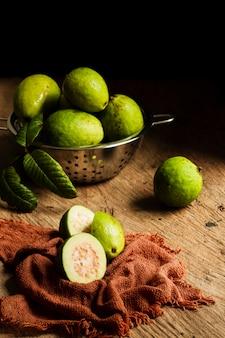 Frutos de guayaba en mesa de madera