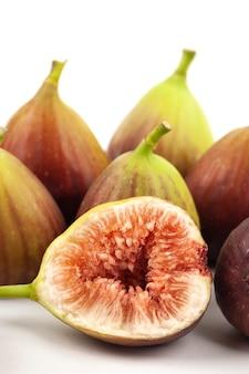 Frutos de higo y un corte higos sobre fondo blanco.