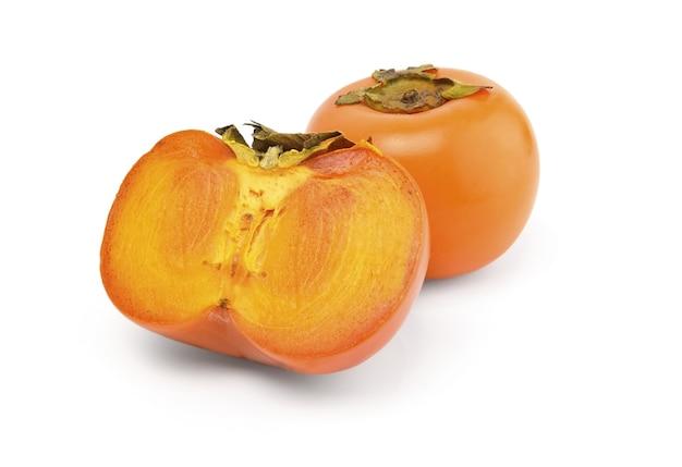 Frutos maduros de caqui aislado sobre superficie blanca
