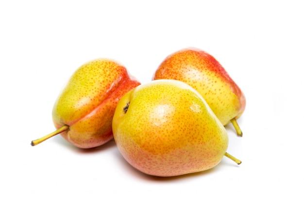 Frutos de pera amarillo rojo maduro aislado sobre fondo blanco.