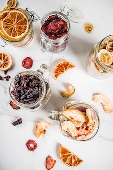 Frutos secos y bayas en frascos de vidrio
