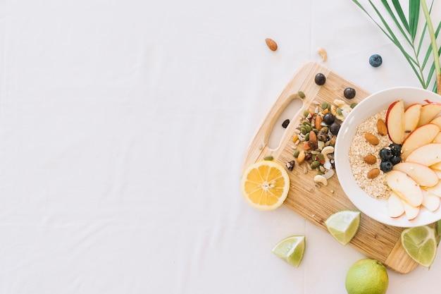 Frutos secos y bocadillo de avena sobre fondo blanco