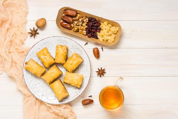 Frutos secos con dulces orientales y té.