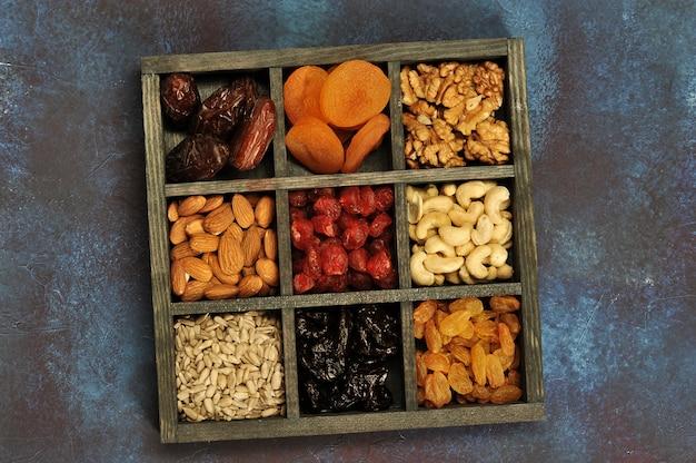 Frutos secos y nueces en una caja de madera