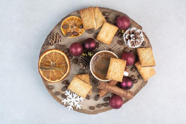 Frutos secos con nueces y taza de café sobre fondo blanco. foto de alta calidad