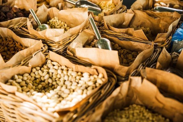 Frutos secos saludables en canasta de mimbre para la venta en el mercado