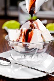 Fudge se vierte sobre helado de vainilla