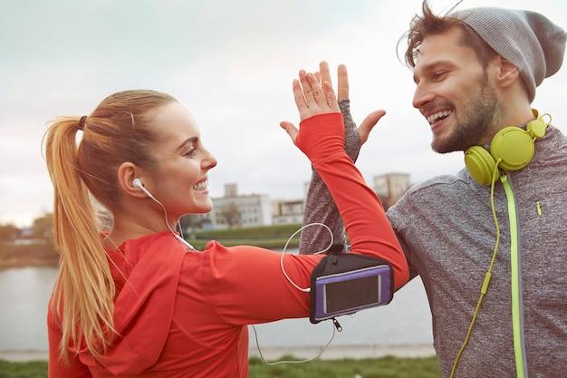 Fue realmente un gran ejercicio. feliz pareja deportiva
