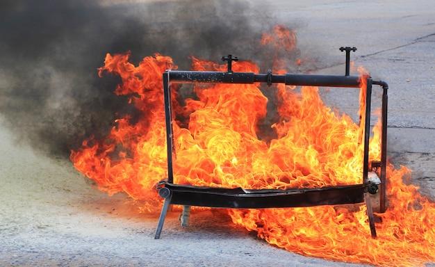 Fuego ardiente para entrenamiento de extinción de incendios.