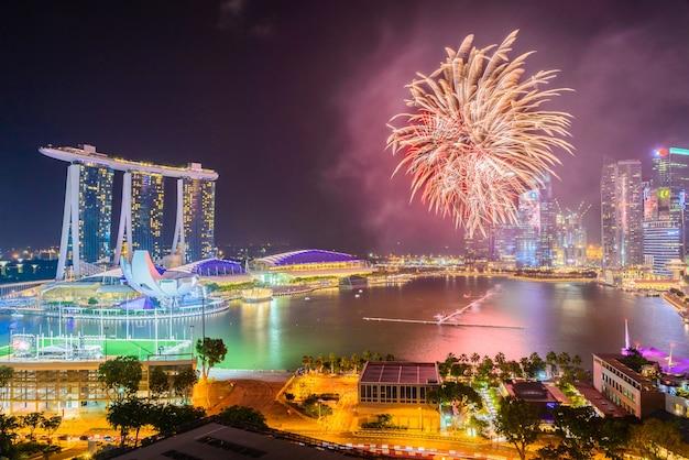 Fuego artificial en la ciudad de singapur