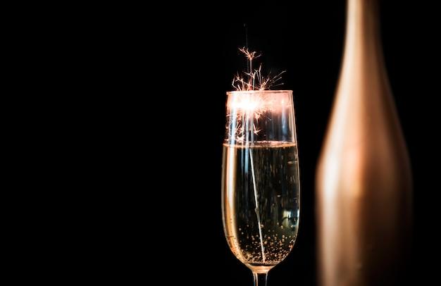 Fuego de bengala en copa de champagne