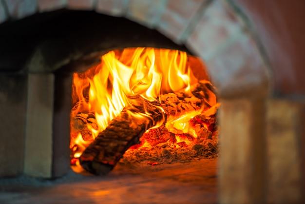Fuego en horno de ladrillo