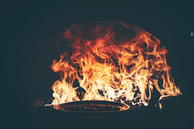 Fuego en un horno de pizza