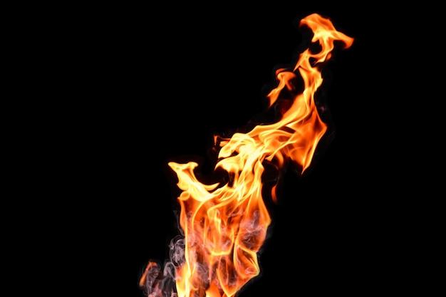 Fuego, llamas sobre un fondo negro aislado. concepto fuego parrilla calor fin de semana barbacoa.
