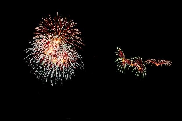 Fuegos artificiales abstractos iluminan el cielo oscuro