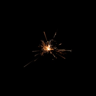Fuegos artificiales de bajo ángulo de luz en la noche de fiesta
