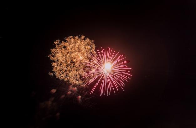 Fuegos artificiales de celebración de año nuevo y día de la independencia.