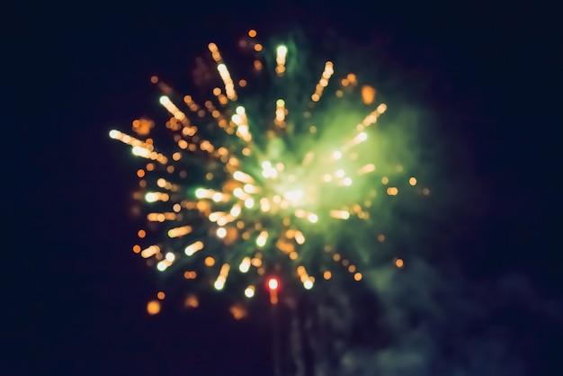 Fuegos artificiales de celebración de año nuevo. resumen coloridos fuegos artificiales, fondo festivo año nuevo con fuegos artificiales