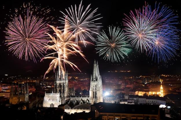 Fuegos artificiales para la celebración, sobre la famosa catedral gótica de burgos, españa.