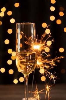 Fuegos artificiales y champaña en la noche de año nuevo
