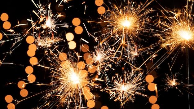 Fuegos artificiales en el cielo en la noche de año nuevo
