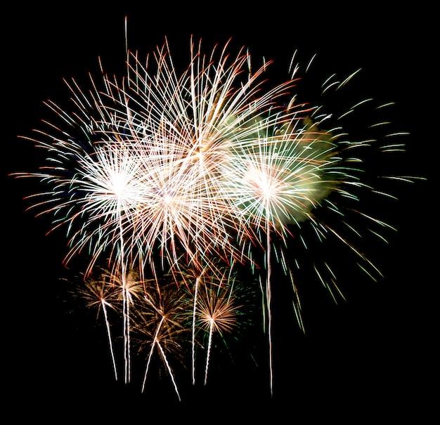 Fuegos artificiales en un cielo nocturno