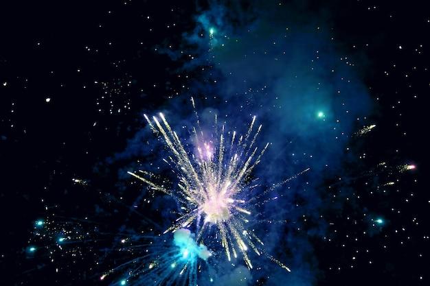 Fuegos artificiales de colores en el cielo nocturno. programa de espectáculo de luces