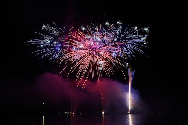 Fuegos artificiales de colores en el cielo nocturno