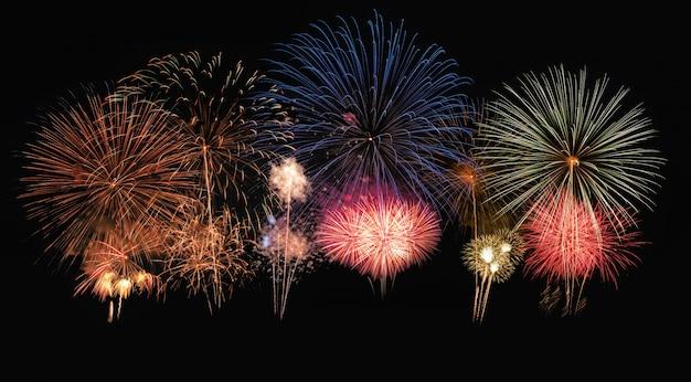 Fuegos artificiales coloridos en festival anual