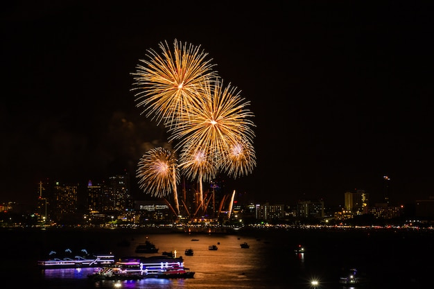 Fuegos artificiales coloridos en el fondo de la vista de la ciudad de noche para el festival de celebración.