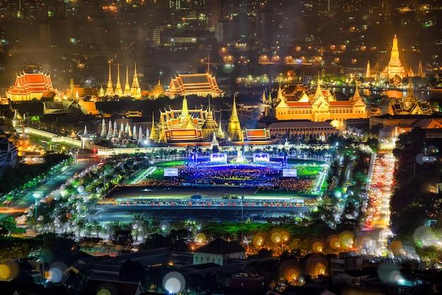 Fuegos artificiales en el día del padre, mientras que el rey bhumibol falleció grand palace emerald buddh
