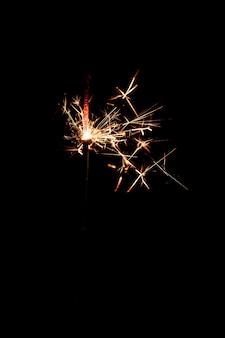 Fuegos artificiales de espacio de copia en la noche en el cielo
