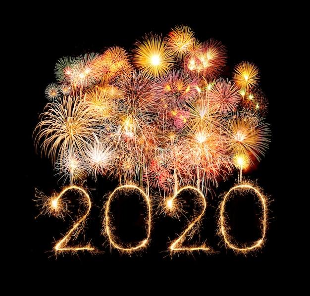 Fuegos artificiales de feliz año nuevo 2020 escritos con bengalas en la noche