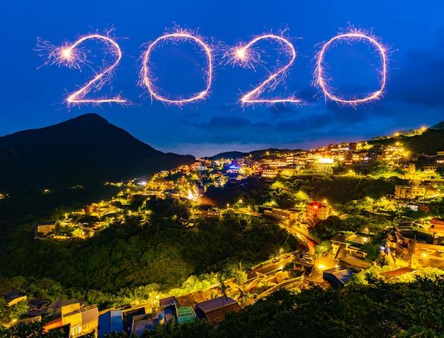 Fuegos artificiales de feliz año nuevo 2020 sobre la ciudad de la calle vieja de jiufen en la noche, taiwán