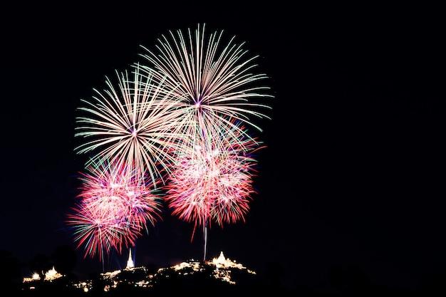Fuegos artificiales y fuegos artificiales en celebración del día de año nuevo.