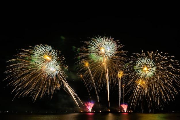 Fuegos artificiales hermosa celebración festival colorido cuenta regresiva feliz navidad feliz año nuevo cielo oscuro brillo resplandeciente alegre aniversario
