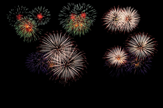 Fuegos artificiales iluminan el cielo con deslumbrante pantalla.