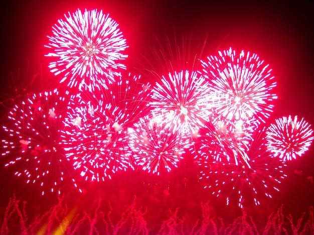 Los fuegos artificiales iluminan el cielo con una exhibición deslumbrante.