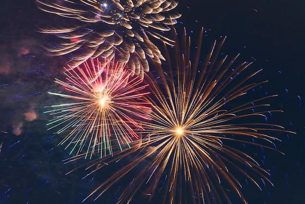 Los fuegos artificiales iluminan el fondo de fuegos artificiales de color cielo