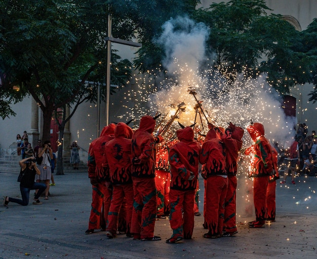 Fuegos artificiales llamados correfocs en cataluña, españa