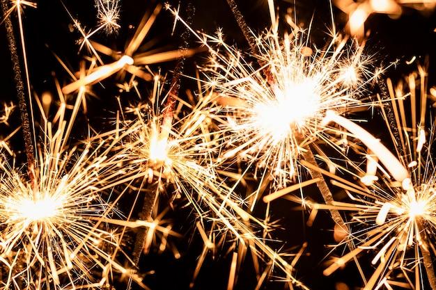 Fuegos artificiales de primer plano se encienden en la noche de año nuevo