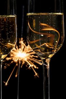 Fuegos artificiales de primer plano y tiempo de champán