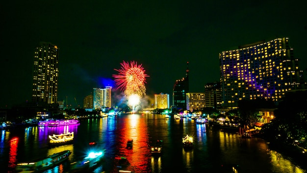 Fuegos artificiales en el río, bangkok tailandia.