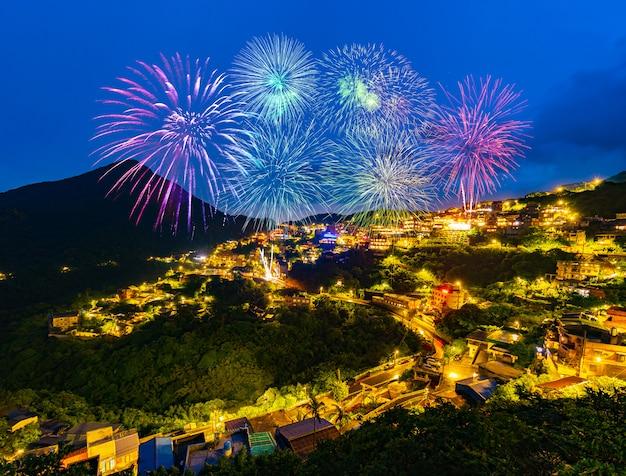 Fuegos artificiales sobre la ciudad vieja calle de jiufen en la noche, taiwán