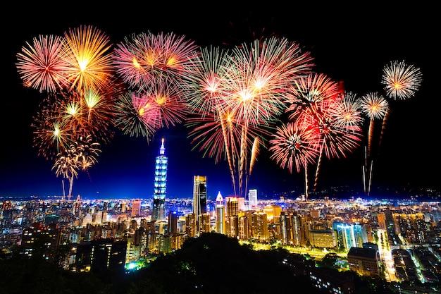 Fuegos artificiales sobre el paisaje urbano de taipei en la noche, taiwán