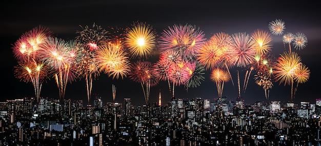 Fuegos artificiales sobre el paisaje urbano de tokio en la noche, japón