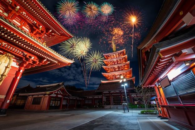 Fuegos artificiales sobre el templo sensoji en la noche en asakusa